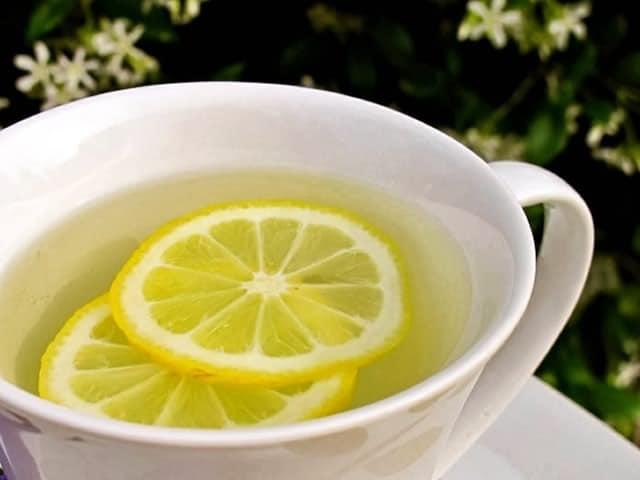 Acqua tiepida e limone al mattino